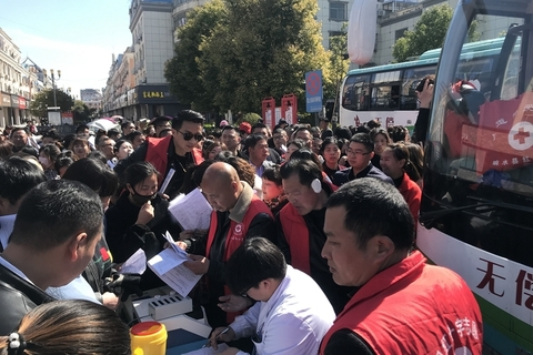 Xiangshui residents donate blood and money on Friday to help the victims of the explosion. Photo: VCG