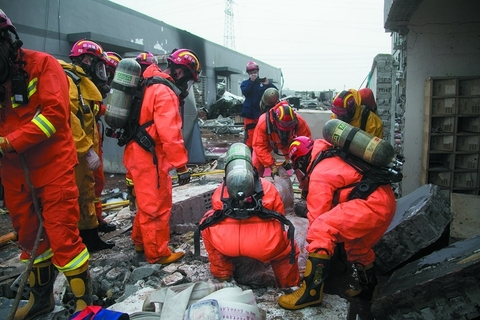 Firefighters continue to hunt for survivors among the wreckage on Saturday. Photo: VCG