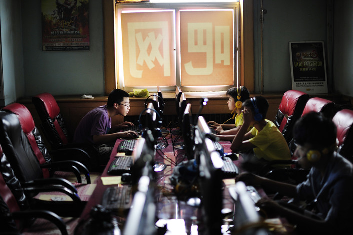 Middle school students play online games at an internet cafe in Taiyuan, North China's Shanxi province on July 9. Photo: VCG
