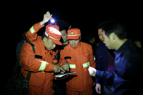 Firefighters plan how to control a fire in Mianning county in Liangshan Yi autonomous prefecture on March 27. Photo: VCG