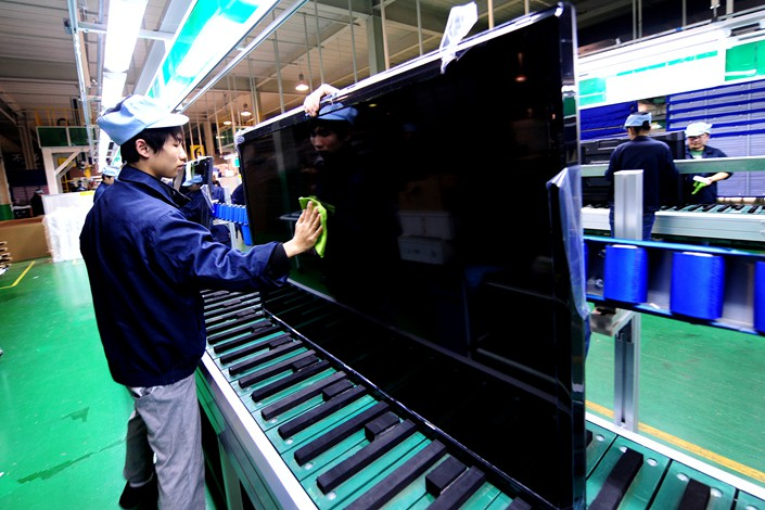 Tsinghua Tongfang employees manufacture LCD TVs in Shenyang, Liaoning province in October 2013. Photo: VCG