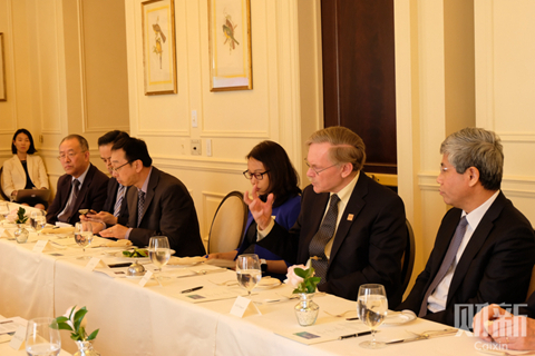Robert Zoellick (second from right) speaks at a roundtable jointly held by Caixin on Wednesday in Washington D.C. Photo: Caixin