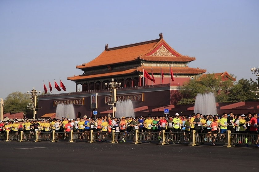 The Beijing Half Marathon started at 7 a.m. at Tiananmen Square with a total of 20,000 runners on Sunday. Photo: IC_Gallery: Running From Tiananmen to the Bird's Nest