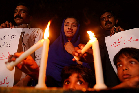 Protestors in Karachi, Pakistan, light candles Sunday as they condemn the deadly bomb attacks in Sri Lanka. Photo: IC