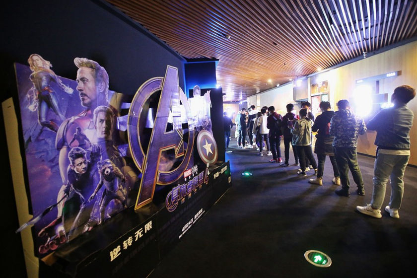Gallery: Midnight Moviegoers Line Up for 'Avengers'