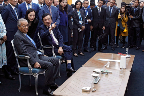Huawei Technologies Co. Ltd. founder Ren Zhengfei, right, explains the 5G network system to Malaysian Prime Minister Mahathir Mohamad at the Huawei Executive Briefing Center in Beijing on April 25. Mahathir is in Beijing to attend the second BRF. Photo: IC Photo