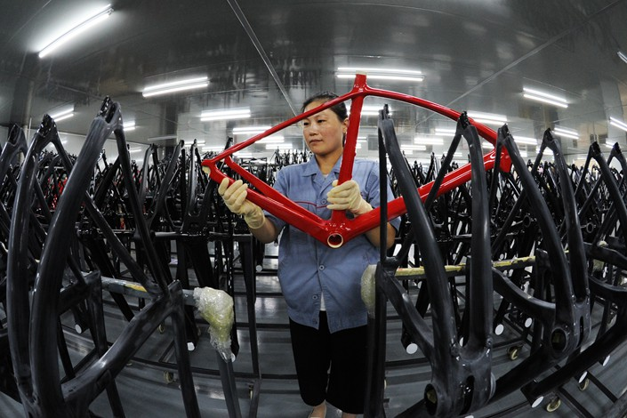 Technicians inspect the frames of carbon fiber bicycles in Lianyungang, East China's Jiangsu province on Aug. 31. Photo: IC Photo
