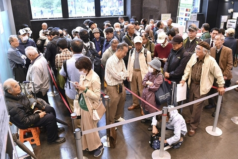 People line up in Tokyo on April 26 to buy special stamps which commemorate the change of era. Photo: IC Photo