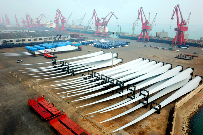 A batch of wind turbine blades wait to be exported at Lianyungang port in East China's Jiangsu province on April 12. Photo: IC Photo