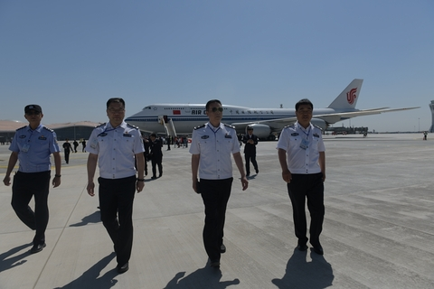 The flight crew of Air China's test flight disembarks after landing at Beijing Daxing International Airport. Photo: VCG