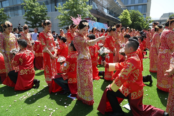 Couples participate in an Alibaba mass wedding in 2017. Photo: VCG