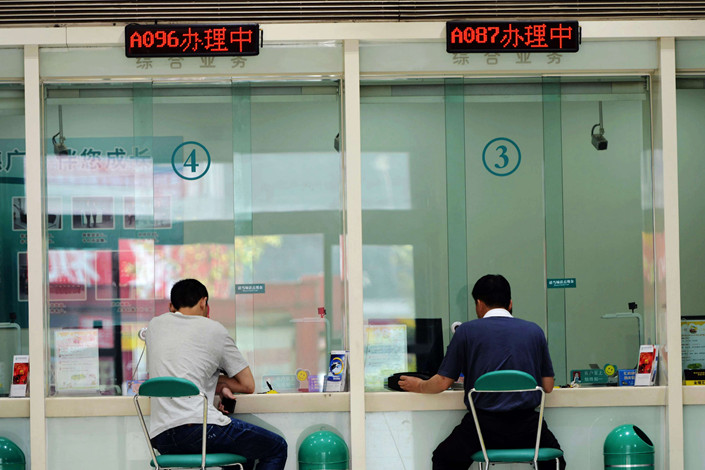 Customers get service at bank counters in a branch of Agricultural Bank of China in Qingdao, East China's Shandong province, on May 21. Photo: IC Photo