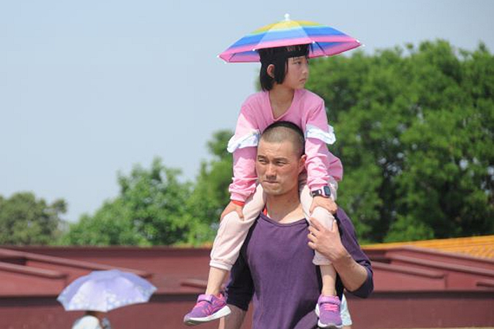 With summer temperatures so high, you may find yourself carrying your child through the Forbidden City, our columnist writes. Photo: VCG