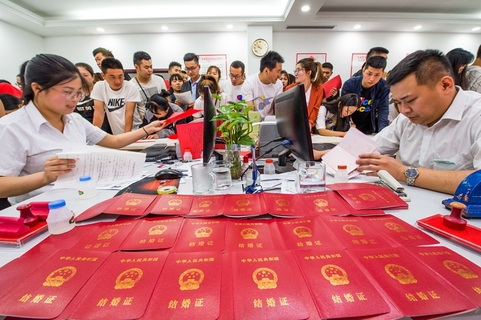 Many couples register for marriage at the civil affairs bureau in Weifang, Shandong province. Photo: IC Photo