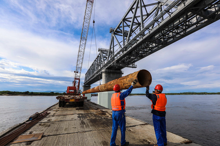 Workers build the China-Russia Trans-River Railway Bridge in Tongjiang, Northeast China's Heilongjiang province, in June 2017. Photo: IC Photo