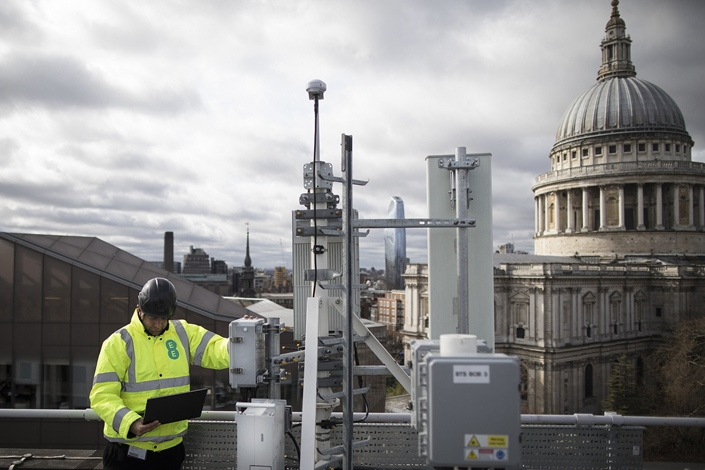 Engineers from British mobile operator EE inspect Huawei equipment in London, England, on March 15, 2019. Photo: VCG
