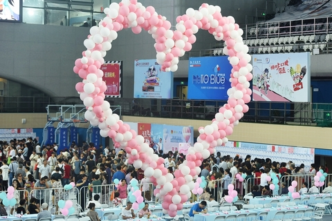A heart made from pink and white balloons was erected at the event. Photo: VCG