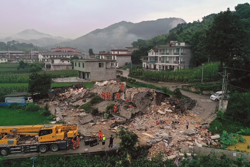 Rescuers search for survivors in Changning county, Yibin, Southwest China's Sichuan province on Tuesday morning. Photo: VCG