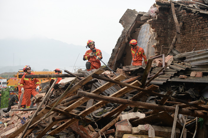 Rescuers work at the scene of a 6.0 magnitude earthquake in Changning county, Yibin, Sichuan province on June 18. Photo: VCG