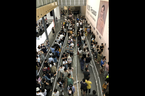 A line snakes through the UCCA's exhibition hall Saturday. The exhibit attracted nearly 4,000 visitors on opening day. Photo: UCCA