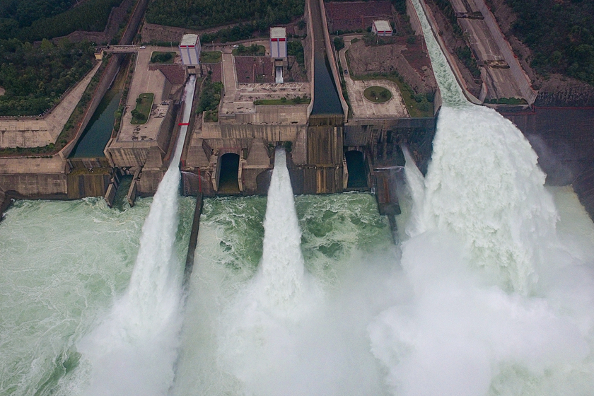 Water gushes from the Xiaolangdi Reservoir on Sunday. Photo: VCG_Gallery: Surging Spectacle