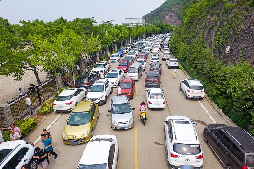 Traffic stops near the Xiaolangdi Reservoir on Sunday. Photo: VCG_Gallery: Surging Spectacle