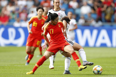 China's Gu Yasha tackles a Spanish player during a group stage match between China and Spain on June 17. The match ended in a draw, with both teams going forward to the last 16. Photo: VCG