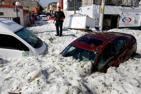 Cars are trapped in ice after a freak hailstorm in Guadalajara, Mexico on Sunday. Photo: VCG