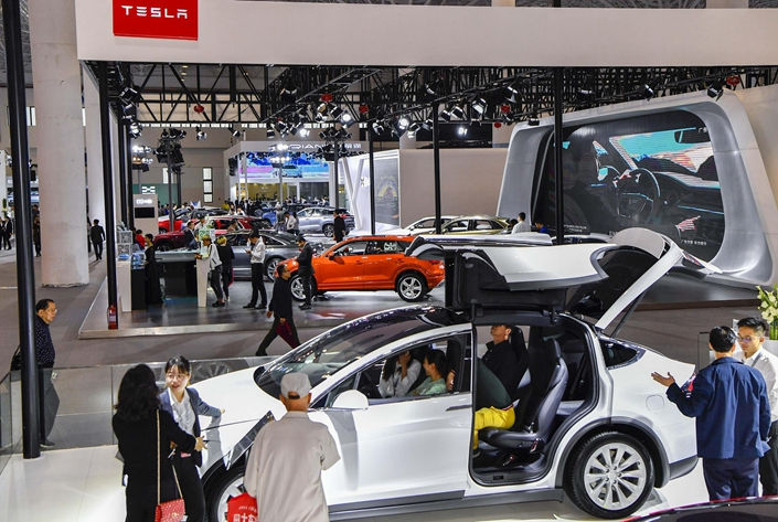 Potential customers look into buying new-energy vehicles at an auto show on March 5 in Haikou, Hainan province. Photo: VCG