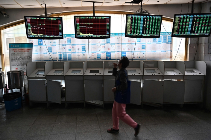 Investors monitor stock prices at a securities company in Shanghai on May 6. Photo: VCG