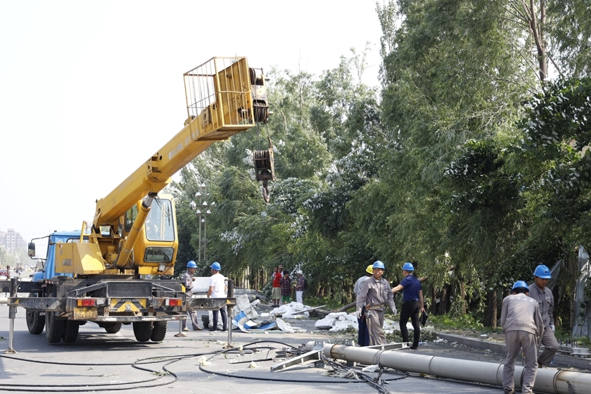 A team of workers and a crane clean up. Photo: IC Photo_Gallery: Tornado Kills Six in China's Northeast