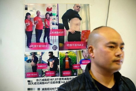 A seller uses photos of himself to advertise biscuits he claims helped him lose 21.5 kilograms (47 pounds). Photo: VCG