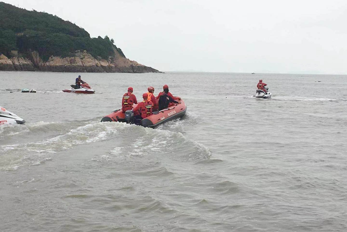 Zhang Zixin's father and others search for the missing girl along the coast of Ningbo, East China's Zhejiang province, on July 11. Her body was found in the area two days later. Photo: IC Photo