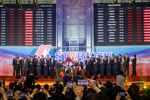 China's new STAR board debuts on a roller-coaster ride, sending average values of the 25 stocks up 140%. Photo: VCG