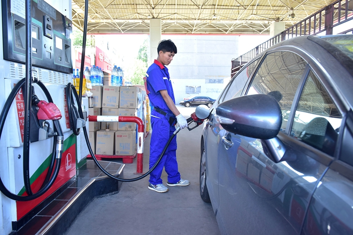 A gas station employee fills up a car in Shijiazhuang, North China's Hebei province, on May 13. Photo: VCG