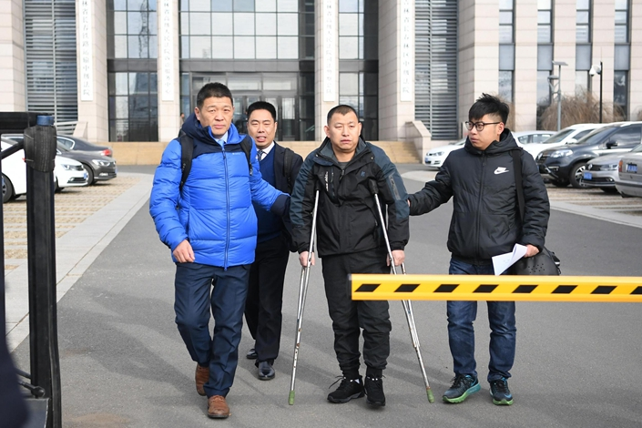Lawyer Li Jinxing (left) accompanies his client Jin Zhehong (center) out of a courthouse on Nov. 30 in Changchun, Northeast China's Jilin province. Jin was wrongly convicted of murder and exonerated in 2018. Photo: VCG