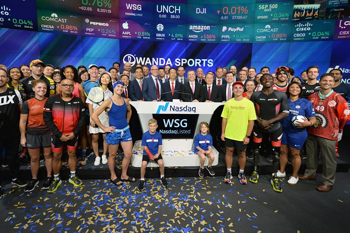 Wanda Sports Group Chairman Lincoln Zhang stands behind the podium at the center of a crowd of executives and athletes for the company's IPO launch Friday on the Nasdaq in New York. Photo: VCG