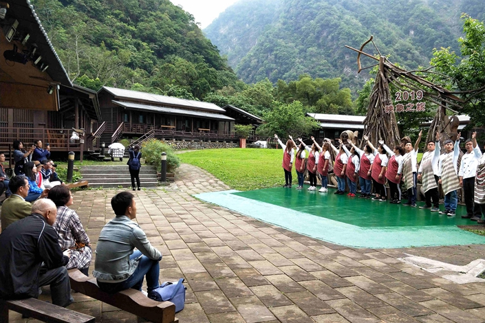 Visitors watch the staff of the Moon Village Hotel do a song-and-dance number on April 12 in Taiwan. Photo: VCG