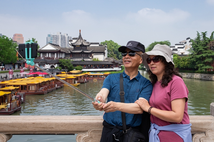 A tourist couple takes selfies on May 19 at a Confucius temple in Nanjing, capital of East China's Jiangsu province. Photo: IC Photo