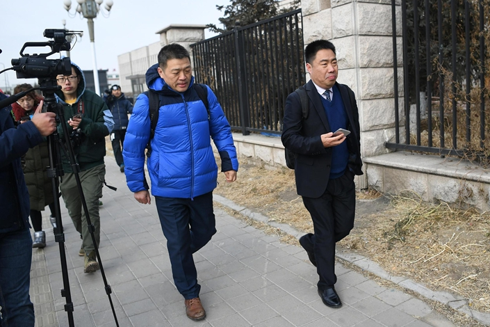 Li Jinxing (left) enters a court in Changchun, Northeast China's Jilin province, on Nov. 30, 2018. His client in this instance, Jin Zhehong, was wrongfully convicted of murder and exonerated in 2018. Photo: VCG