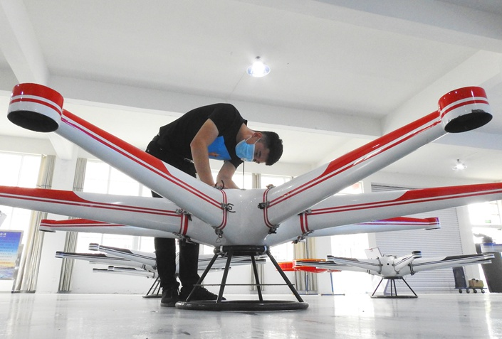 A worker installs a drone that can be used for logistics or surveillance at a factory in Lianyungang, Jiangsu province on Aug. 5. Photo: VCG