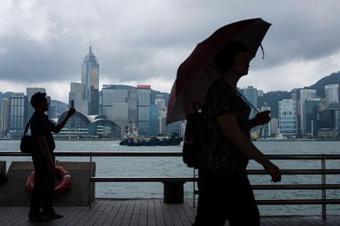 12月23日,香港政府统计处公布,2018年香港本地研究及发展总开支为244.97亿港元,同比上升10%,占当年GDP的比重(即研发经费投入强度)增加0.03个百分点至0.86%。同期,深圳市研发投入约1000亿元,研发经费投入强度为4.2%。