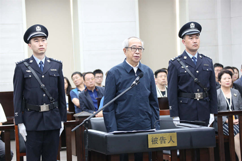 Xing Yun (central) stands trial in a Dalian court Thursday. Photo: People's Daily