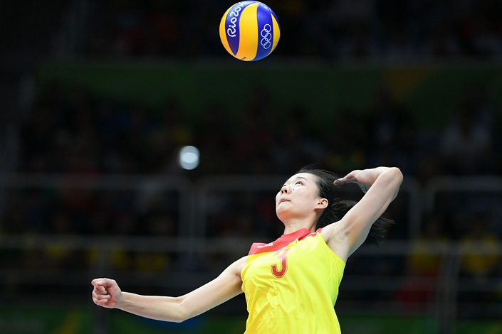China's Yang Fangxu serves the ball during the women's Gold Medal volleyball match between China and Serbia at Maracanãzinho Stadium in Rio de Janeiro on August 20, 2016. Photo: VCG