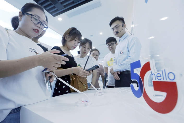 People try out 5G mobile phones in Hangzhou, East China's Zhejiang province on June 28. Photo: VCG