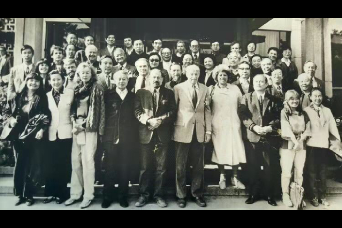 American and Chinese writers attending a meeting in Beijing pose for a picture on Oct. 23, 1984. In the first row are Leslie Marmon Silko (left), Francine Du Plessix Gray (third from left), Allen Ginsburg (fifth from left), Harrison Salisbury (fifth from right), Toni Morrison (fourth from right) and Maxine Hong Kingston (second from right). Gary Snyder is fifth from left on the second row. And Li Hong, author of this article, stands fourth from left on the back row. Photo: Courtesy of the Chinese Writers Association