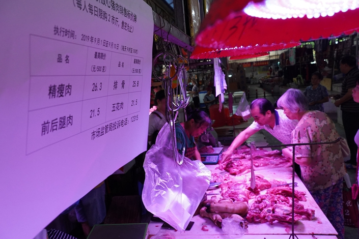 People buy discounted pork at a market in Nanning, South China's Guangxi Zhuang autonomous region, on Sept. 1. Photo: VCG