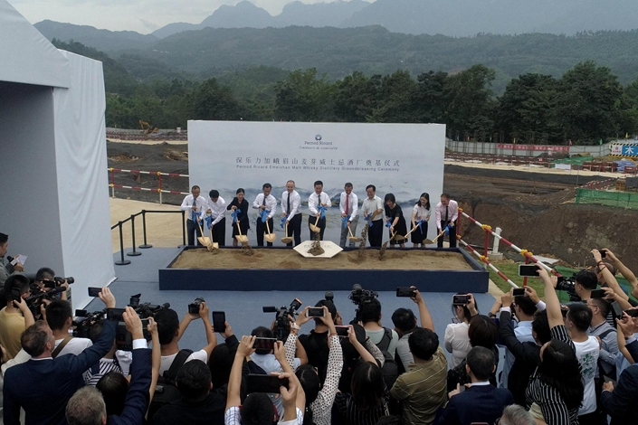 A ceremony launches the new malt whisky distillery at Mount Emei in Leshan, Sichuan, on Aug. 29, 2019. Photo: VCG