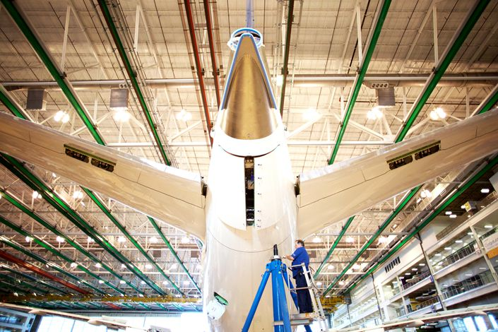An employee works on the tail of a Boeing Co. Dreamliner 787 plane on the production line at the company's final assembly facility in North Charleston, South Carolina, U.S., on Tuesday, Dec. 6, 2016. Photo: Bloomberg