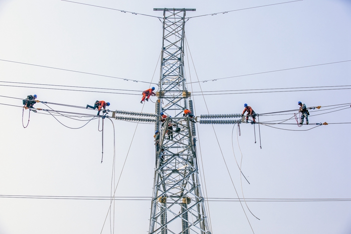 Workers set up an ultra high-voltage power line in Rizhao, East China's Shandong province, on April 30, 2018. Photo: VCG